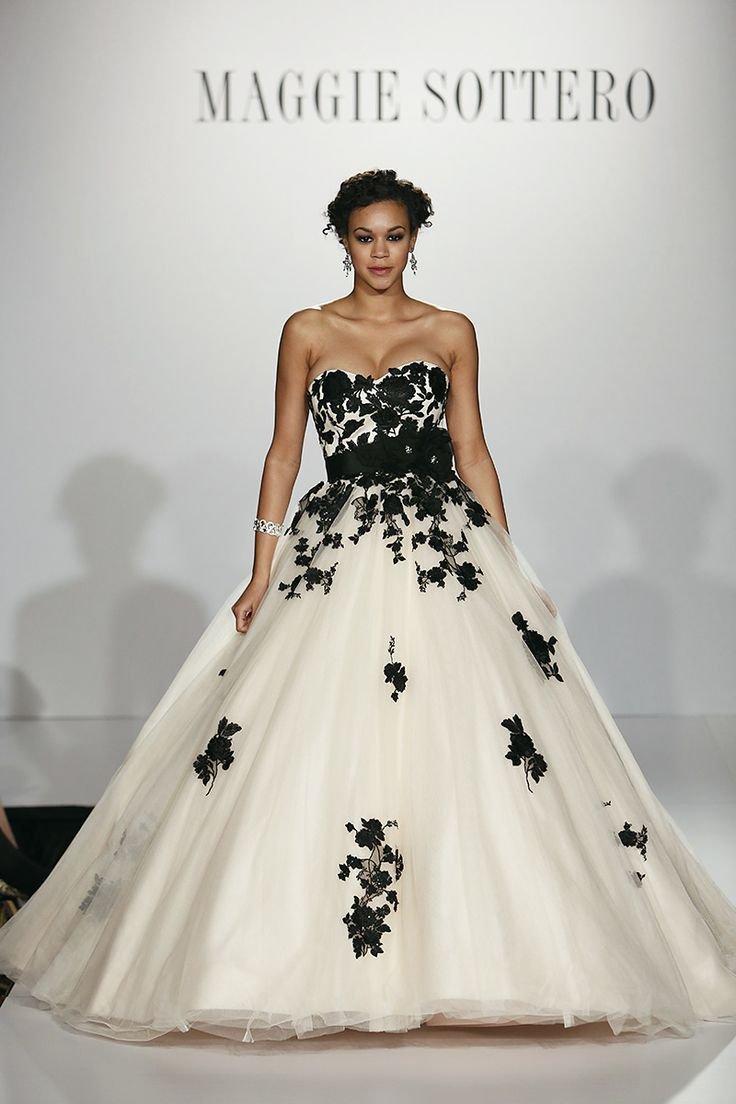 49d428493f A fehér menyasszonyi ruha nem újdonság. És a fekete? Na jó, legyen fehér ÉS  fekete! Csipke, derékkötő, szalag, tüll – rengeteg trükk és megoldás, ...